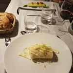 Platos del menú. Lomo con salsa de cítricos, paella de pescado, brazo de patata con  carne picad