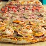 Nuestra pizza con masa artesana y 48h de fermentación. Prueba nuestra variedad GALLEGA!