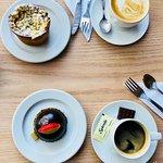 Café y capuccino con postres de Cyril