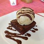 Brownie com gelato de doce de leite com macadamia