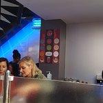 Photo prise à l'intérieur du restaurant, assis face au train à sushis.