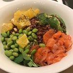 insalata con riso nero arancia avocado salmone e edamame