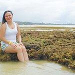 Nas formações rochosas da praia de Sonho Verde.