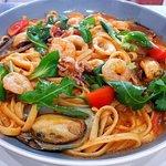 Linguinie garnélával, zöldkagylóval, bébi tintahallal paradicsomos-fokhagymás szószban