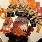 Piatto misto di Sushi (10 Nigiri, 8 Uramaki, 8 Hosomaki) Mix di Chirashi (Salmone, Tonno, Spigol