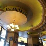 Cafe M - Ambiente interno com sanca retrô no teto.