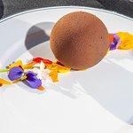 Esfera de chocolate al 70 %. Espuma de dulce de leche de cabra de Mauricio Couly