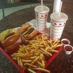 In-N-Out Burger resmi