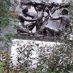Удивительная скульптура в сквере