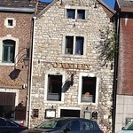 Voorgevel restaruant O'Malley gezien van kant N641 in het centrum van Hoei
