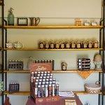 Nuestro showroom de ventas con condimentos ahumedos, blends de té, dulces y miel.