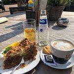 Lekkere cappuccino en appeltaart