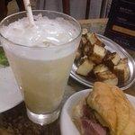 Caipirinha de abacaxi com gengibre, sanduíche de linguiça