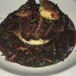 Filé, foie gras, molho de vinho do Porto e cogumelos com purê de batatas trufado