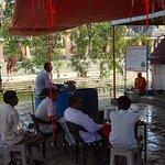 लोटा और जल उपलब्ध कराने के लिए पंडा जी