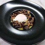 Uovo del boscaiolo: uovo cotto a 62°,funghi chiodini,crema di patate allo zafferano, pane pistoc