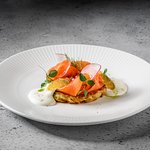 Картофельный драник с лососем, щучьей икрой и сметаной