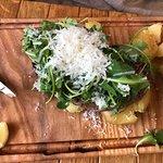 Grilowany stek z ziemniakami pieczonymi w soli,  rukola, parmezan