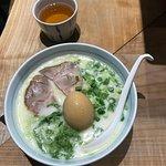 ramen con huevo, algas y carne