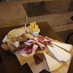 Tagliata di jamòn e formaggi con marmellata e pane