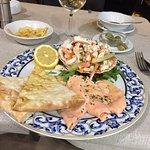 excelente salmon y ensalada de mariscos