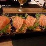 Sashimi de salmão - olha a largura do sashimi (SHOW)
