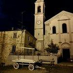la piazzetta di Mareto con un carro in legno