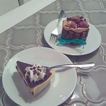 Kit Kat cheese cake, and cookie dough cheesecake! Delicioso!