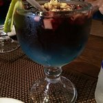 Refreshing sangria with tiny bits of 🍎 floating at the top