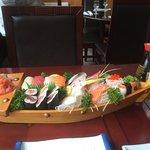 Plateau Royal avec makis sushis et sashimis de différents poissons et grosse crevette