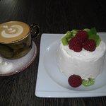 Pavlova dessert + cappuccino