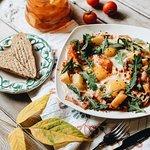 Яичница-глазунья из трех яиц, обжаренная с картофелем, сочным беконом, шампиньонами, томатным со