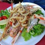 Le plat chaud avec un assortiment de crustacés dont la fameuse langouste!