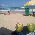 Praia linda, com coqueiros, mar verde com muitas algas, orla cumprida e bastante movimentada. Ve