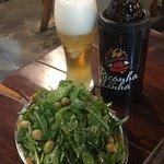 cerveja estupidamente gelada e uma salada com tempero delicioso