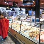 Dentro del Mercado del Pescado, con estupendas vitrinas llenas de todo tipo de pescados.