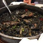 Paella riz noir (à l'encre de seiche) © ElevenHippos