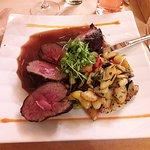 Rosa gebratene Lammhuft an Rosmarinsauce mit Kartoffel-Gemüsegröstel ... seeehr lecker!