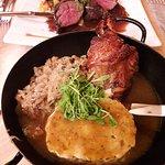 Im Heu gekochte und knusprig gebratene Spanferkelhaxe mit Serviettenknödel und Sauerkraut ...lec