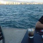 Καφεδάκι με θέα το λιμάνι