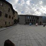 Casa La Vall a la izquierda y el nuevo congreso de Andorra al fondo