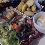 Le Camembert roti,avec sa charcuterie,salade et toasts et une montagne de potatoes fondantes!!!