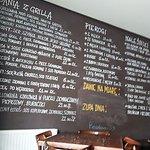 menu wypisane na ścianie restauracji