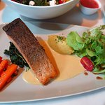 สเต็กปลาแซลมอน ชิ้นหนา ทอดมาสุกกำลังดี หนังปลากรอบ เนื้อปลาไม่แข็งครับ