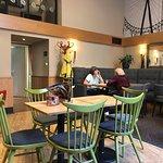 Excellent café , chouette quartier, personnel gentil, des prises électriques pour charger le GSM