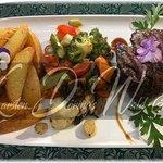 Angus Rinderfilet mit mediterranem Gemüse, hausgemachten Wedges und Rotweinjus.