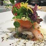 Emincé de coquilles St Jacques, saumon et langoustines, vinaigrette samba