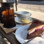 Čierny čaj, koláč s lesným ovocím a mascarpone