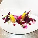Médaillon de foie gras autour de la betterave et framboises  Filet de veau aux morilles, risotto