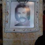 Το εστιατόριο θυμίζει παντού Κρήτη, φαγητό, κέρασμα, διακόσμιση, μουσική, συγχαρητήρια!